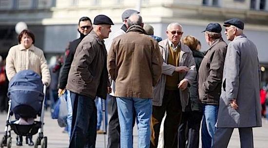INCIDENT U BANCI Nezadovoljan radom bankarice, umirovljenik mlatio kišobranom po stolu