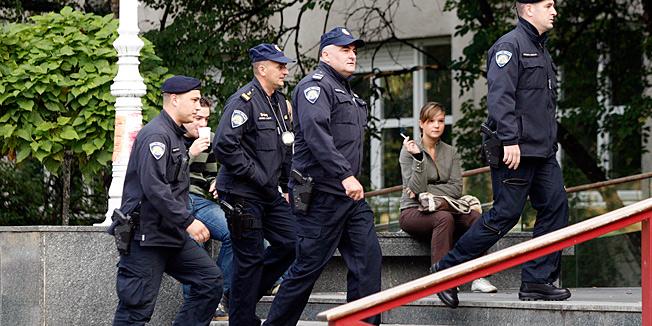 POLICIJA I USKOK UPALI NA OSJEČKU EKONOMIJU Petero profesora prodavalo je ispite?
