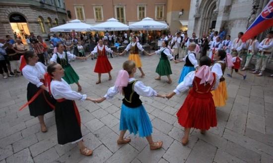 Slovaci zaplesali ispred katedrale sv. Stošije